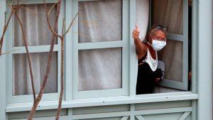 mujer recuperándose de la pandemia