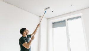 hombre pintando superficies interiores