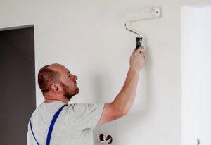 hombre al pintar paredes en interiores