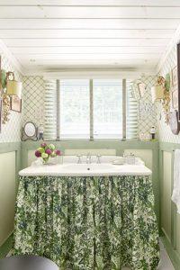 baño con mantel verde