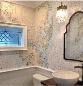 baño con papel tapiz de mapas