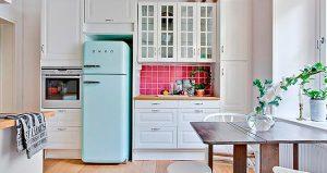 cocina pequeña con refrigerador azul
