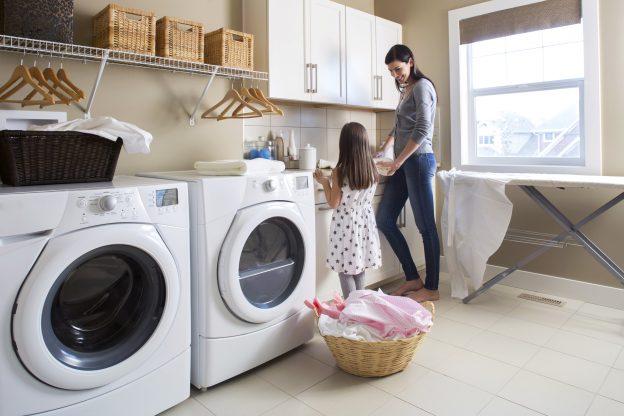 mama e hija en un cuarto de lavado clásico