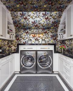 cuarto de lavado con tapiz divertido