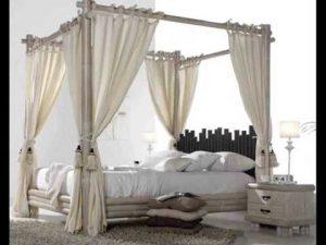 dormitorio con cortinas en la cama