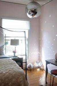dormitorio con esfera disco