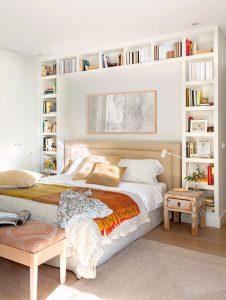 dormitorio con espejo en la cabecera de la cama