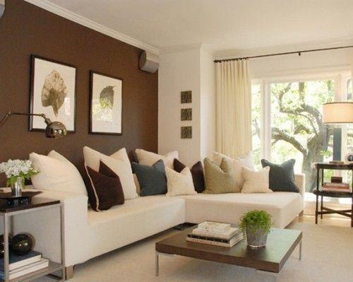 sala con pared café y sillones claros