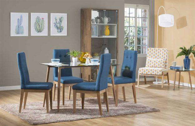 comedor pequeño con sillas azules