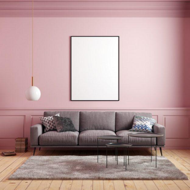 sofá gris en habitación rosa