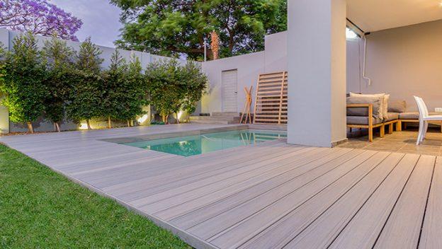 terraza compuesta sobre jardín