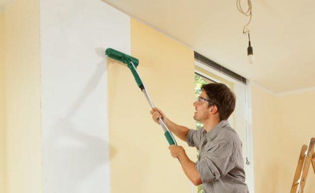 Un pintor pintando las paredes