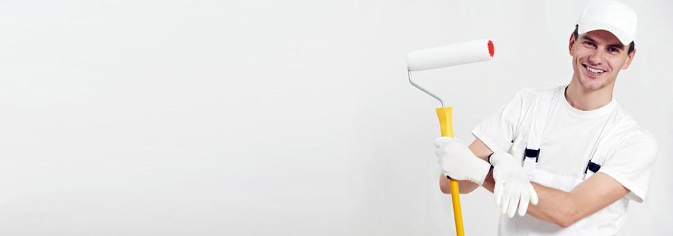 pintor sonriendo y pared de hogar